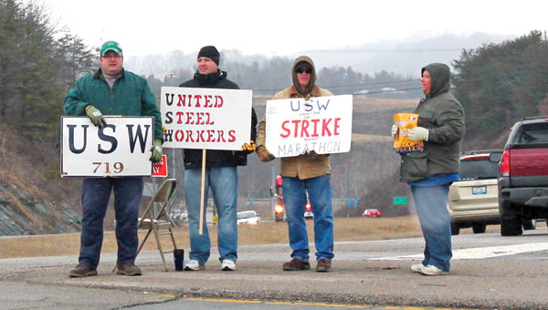 Members of the United Steelworkers Union on strike protesting at the Catlettsburg refinery.