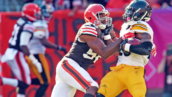 Cleveland Browns linebacker Karlos Dansby (left) tackles Pittsburgh Steelers running back Le'Veon Bell. Dansby was released by the Browns along with Dwayne Bowe on Wednesday. (Ed Suba Jr./Akron Beacon Journal/MCT)